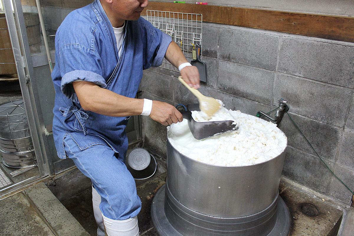 大豆の灰汁をとる