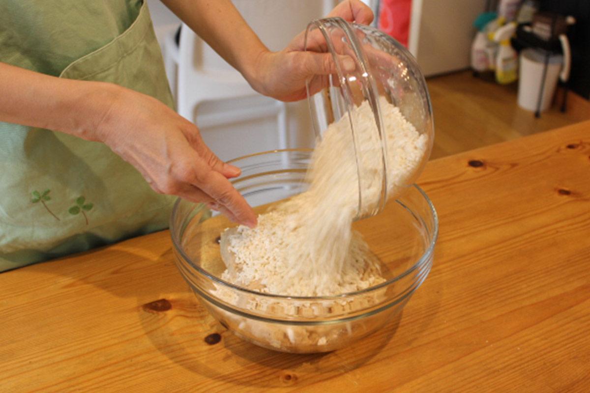 塩切こうじを、潰し大豆に混ぜる